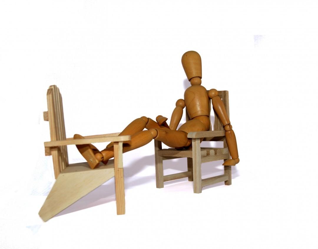 muñeco de madera descansando